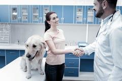 Glückliche begeisterte Frau, die zum Tierarzt dankbar ist Lizenzfreies Stockfoto