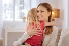 Glückliche begeisterte Mutter, die ihre Gefühle ausdrückt Stockfotografie