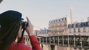 Glückliche Berufsfotograffrau im roten Kleid, das ein Foto der Eiffelturmansicht in Paris mit Weinlesekamera macht stock video footage