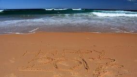 Glückliche Beschriftung 2017 auf dem Strand Lizenzfreies Stockfoto