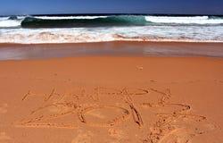 Glückliche Beschriftung 2017 auf dem Strand Lizenzfreie Stockfotografie