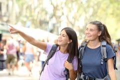 Glückliche besichtigende Wandererfreunde lizenzfreies stockfoto