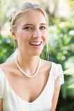 Glückliche blonde Braut, die Kamera betrachtet Lizenzfreie Stockfotos