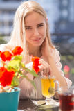 Glückliche blonde Frau Stockfotos