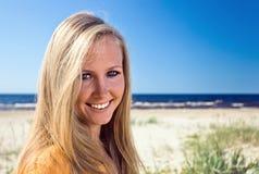 Glückliche blonde Frau auf einem Strand Stockbilder