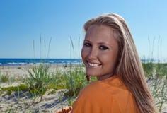 Glückliche blonde Frau auf einem Strand Stockbild