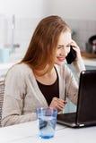 Glückliche blonde Frau, die Laptop verwendet Lizenzfreie Stockbilder