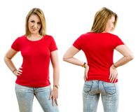 Glückliche blonde Frau, die leeres rotes Hemd trägt Stockfoto
