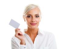 Glückliche blonde Frau, die unbelegte Kreditkarte zeigt Lizenzfreies Stockfoto