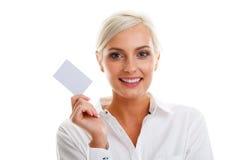 Glückliche blonde Frau, die unbelegte Kreditkarte zeigt Lizenzfreies Stockbild