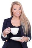 Glückliche blonde Frau, die von einer weißen Schale trinkt Stockbild