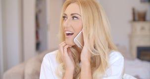 Glückliche blonde Frau, die zwar Telefon spricht Lizenzfreie Stockfotos