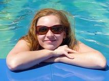 Glückliche blonde Frau durch das Pool Lizenzfreies Stockbild