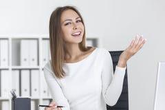 Glückliche blonde Frau in einem weißen Büro Lizenzfreie Stockfotos