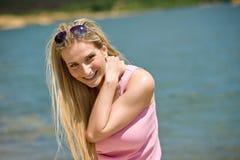 Glückliche blonde Frau genießen Sommersonne Lizenzfreies Stockfoto