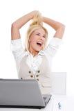 Glückliche blonde Frau im Büro Stockbilder