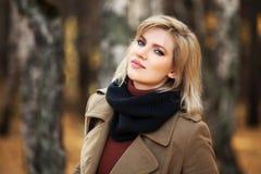 Glückliche blonde Frau im Herbstwald Stockbild