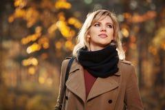 Glückliche blonde Frau im Herbstwald Stockfotografie