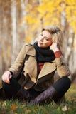 Glückliche blonde Frau im Herbstwald Lizenzfreies Stockbild