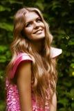 Glückliche blonde Frau im rosa Kleid Lizenzfreies Stockfoto