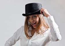 Glückliche blonde Frau im schwarzen Hut Stockbilder