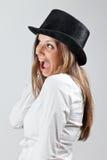 Glückliche blonde Frau im schwarzen Hut Lizenzfreies Stockfoto