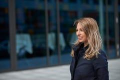 Glückliche blonde Frau mit dem Haar zerzauste durch den Wind Stockbild
