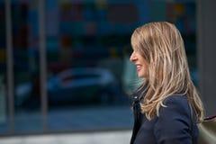 Glückliche blonde Frau mit dem Haar zerzauste durch den Wind Lizenzfreie Stockfotos