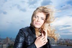 Glückliche blonde Frau mit dem Haarschlag Lizenzfreie Stockbilder