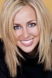 Glückliche blonde Frau mit den vollkommenen Zähnen und Lächeln Stockfotos
