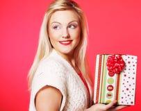 Glückliche blonde Frau mit einem Geschenk Stockfotografie