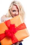 Glückliche blonde Frau mit Geschenk Lizenzfreies Stockbild