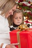 Glückliche blonde Frau mit Kind auf Weihnachten Lizenzfreies Stockfoto
