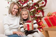 Glückliche blonde Frau mit Kind auf Weihnachten Lizenzfreie Stockbilder