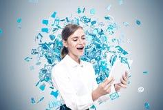 Glückliche blonde Frau mit Tablette, Social Media-Ikonen Stockfotos