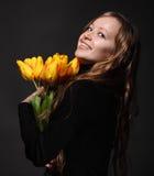 Glückliche blonde Frau mit Tulpen Lizenzfreies Stockfoto