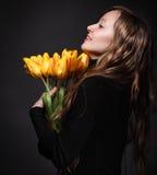 Glückliche blonde Frau mit Tulpen Stockfotografie