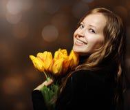 Glückliche blonde Frau mit Tulpen Lizenzfreie Stockfotografie