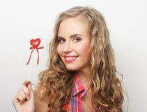 Glückliche blonde Frau mit wenig rotem Herzen Lizenzfreies Stockbild