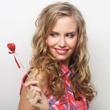 Glückliche blonde Frau mit wenig rotem Herzen Stockbilder