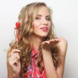 Glückliche blonde Frau mit wenig rotem Herzen Stockfoto
