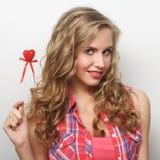 Glückliche blonde Frau mit wenig rotem Herzen Stockfotografie