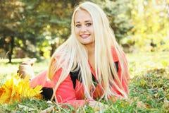 Glückliche blonde Frauen, die auf dem Gras liegen Lizenzfreie Stockfotografie