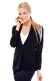 Glückliche blonde Geschäftsfrau, die ihr Mobile verwendet Lizenzfreie Stockfotos