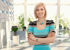 Glückliche blonde Geschäftsfrau im Büro Stockfotos