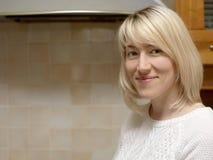 Glückliche blonde Hausfrau Stockfotografie