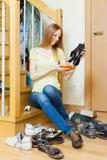 Glückliche blonde Hausfrau mit Schuhen Stockfotos
