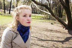 Glückliche blonde junge Frau im grünen Frühlingspark lächelnd, Lebensstil Stockbilder