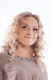Glückliche blonde junge Frau mit dem lockigen Haar Stockfotografie