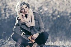 Glückliche blonde Modefrau im Herbstwald Lizenzfreie Stockbilder